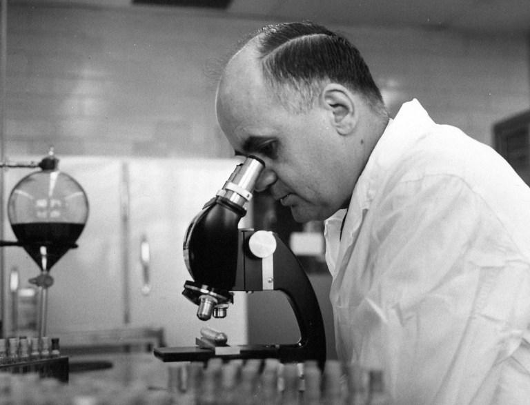 Conheça a história de Maurice Hilleman, o homem que criou a vacina mais rápida da história