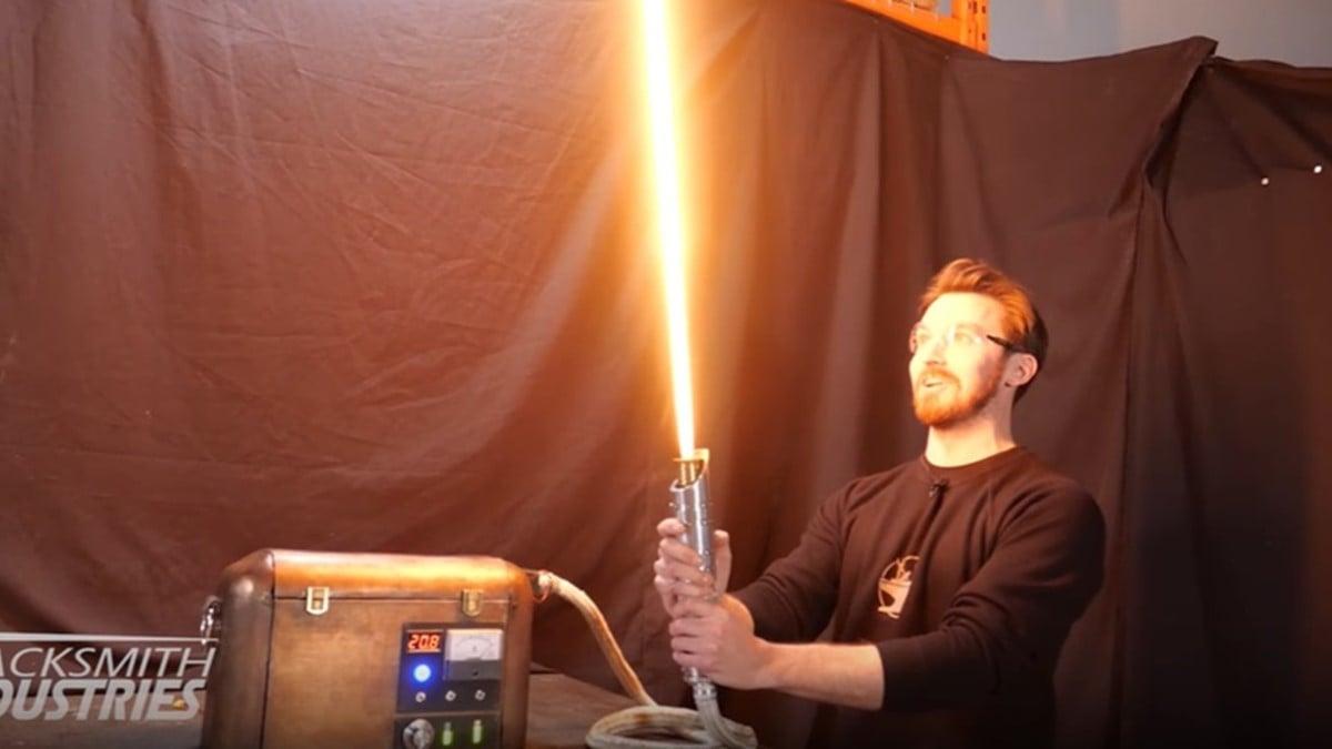 Primeiro sabre de luz real de plasma retrátil é criado