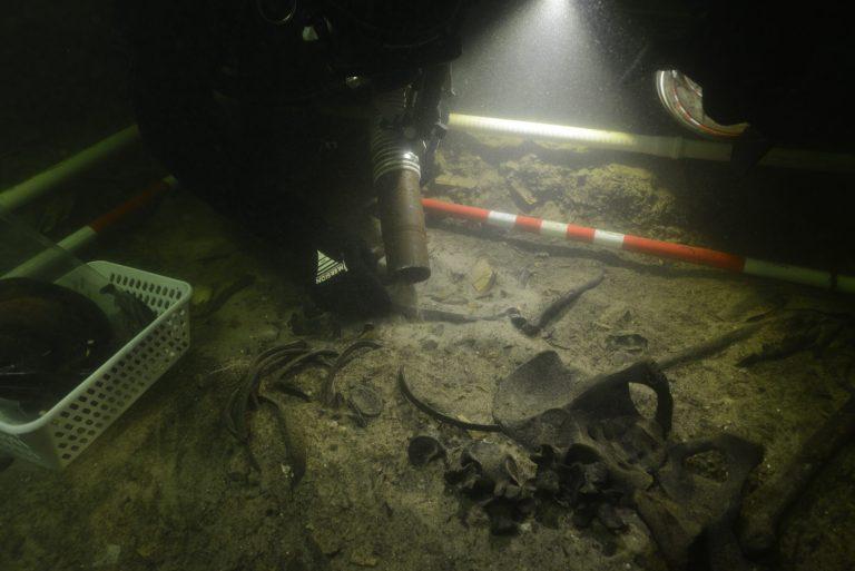 Um soldado medieval com espada e facas foi descoberto no fundo de um lago na Lituânia