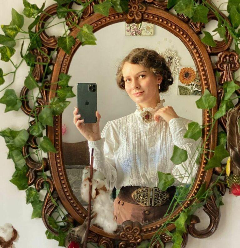 Essa jovem decidiu ser blogueira de moda do século XIX em pleno 2020