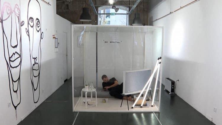 Artista francês se tranca em cubo de acrílico por 20 dias