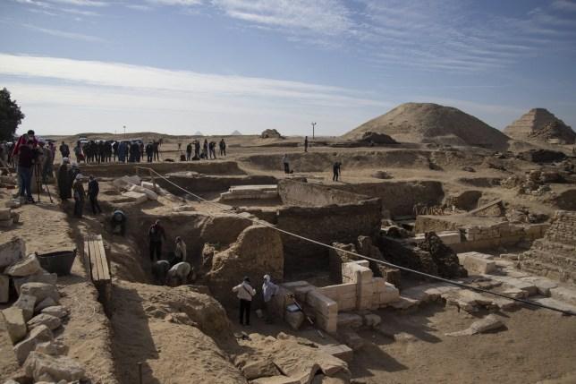 """Pergaminho gigante do """"Livro dos Mortos"""" foi descoberto em um antigo cemitério egípcio"""