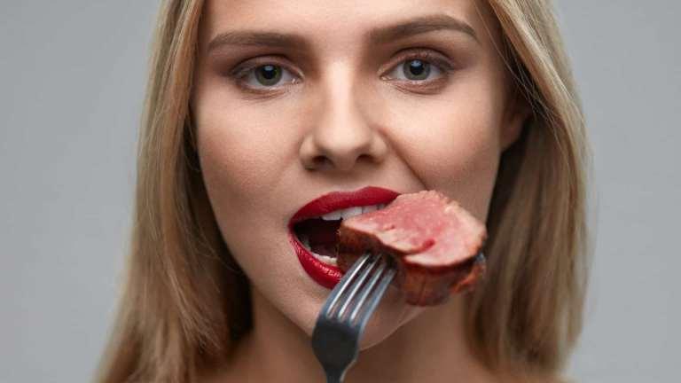 Existe uma razão surpreendentemente fedorenta do porquê comer menos carne se relaciona com um envelhecimento saudável
