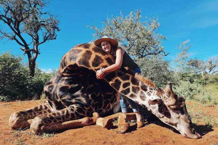 Caçadora presenteia marido com um coração de uma girafa no Dia dos Namorados