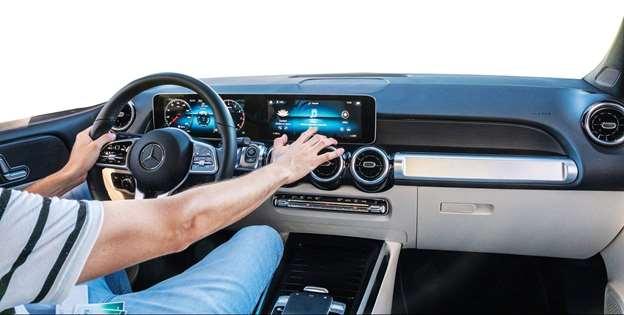 Usar a central multimídia ao dirigir é mais perigoso do que parece