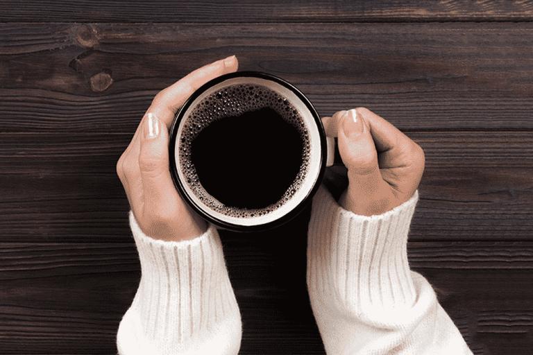 O que acontece quando tomamos café no começo da manhã?