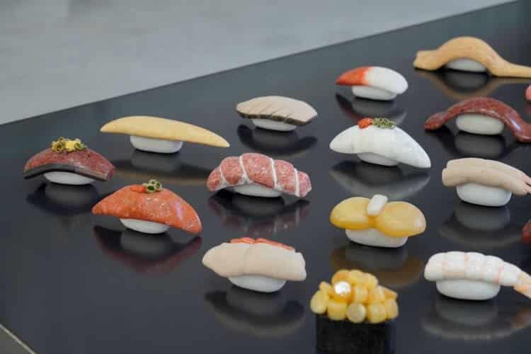 Estudante cria coleção de deliciosos sushis de pedra