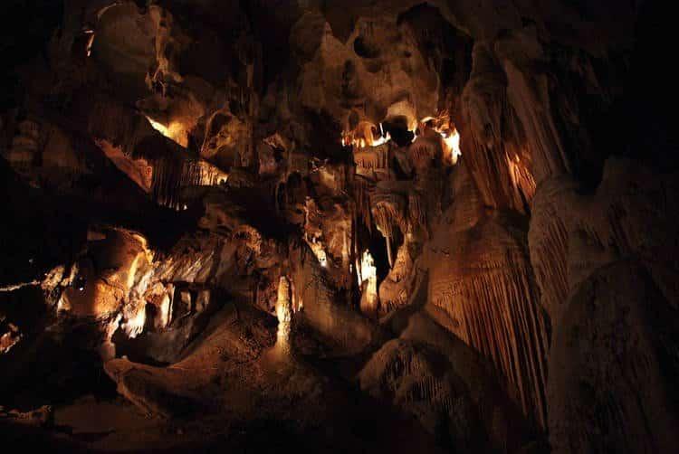 Experimento isola 15 pessoas em caverna por 40 dias