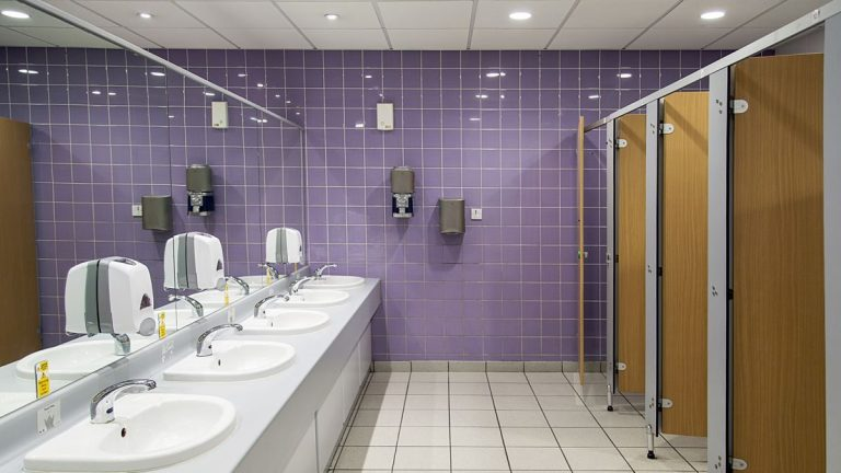 O que acontece no ar quando você dá descarga em um banheiro público?