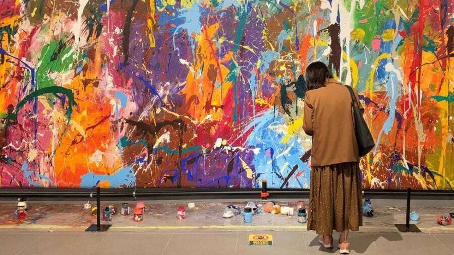 Casal danifica obra de arte por engano em exposição interativa