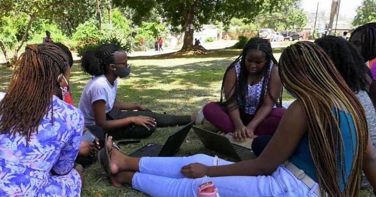 Estudante leva educação para os jovens de Uganda durante a pandemia