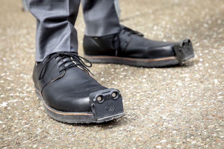 Empresa austríaca cria sapatos inteligentes para deficientes visuais