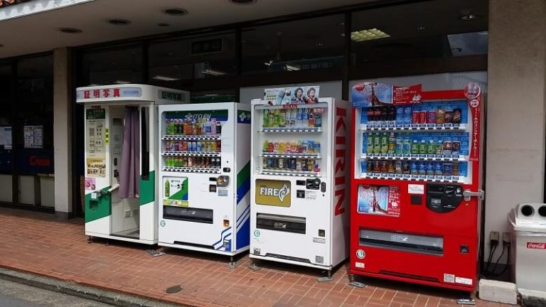 Máquinas automáticas de venda no Japão oferecem mais do que chips e refrigerantes