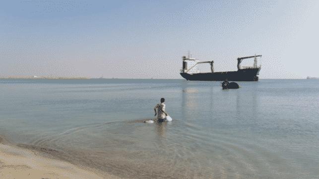 Marinheiro é obrigado pela justiça a cuidar de um navio abandonado
