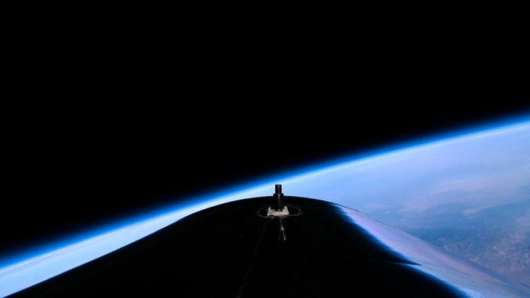 """Bilionário Richard Branson e sua tripulação chegaram no """"limite do espaço"""""""
