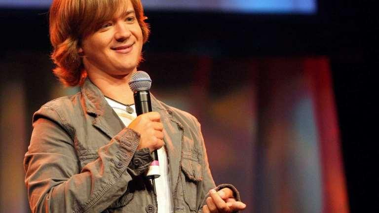 """Conheça a doença que faz o ator de """"Hannah Montana"""" parecer jovem para sempre"""