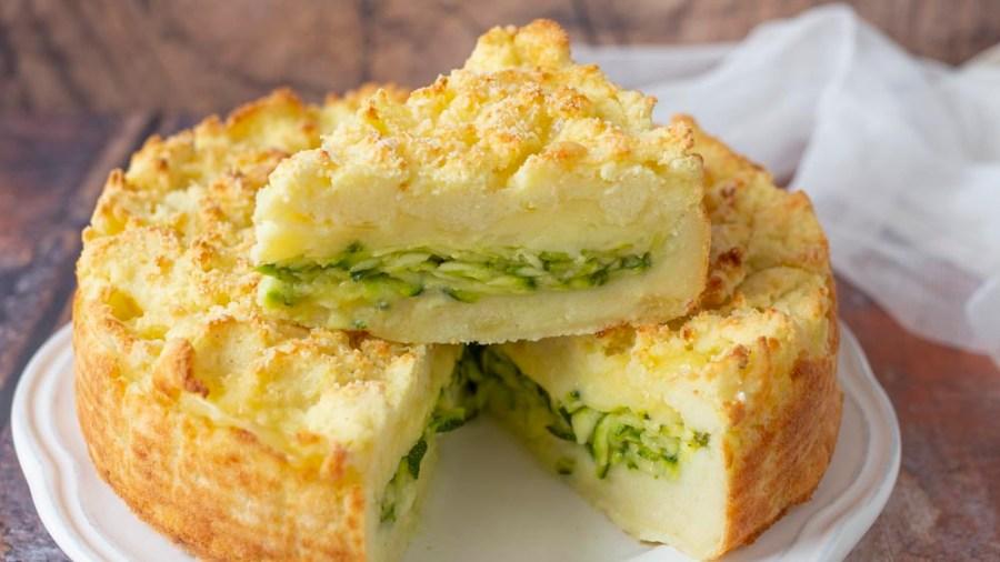 Lasciamo cuocere la sbriciolata di patate e zucchine in forno statico, preriscaldato a 200° per 35 minuti circa. Fino ad ottenere la doratura desiderata!