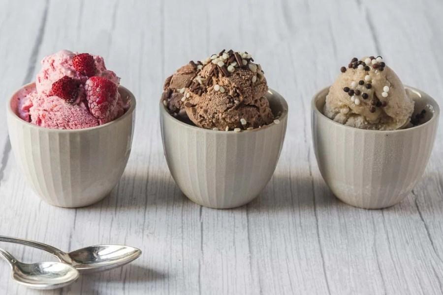 Una volta pronti, possiamo gustare subito i nostri gelati oppure metterli in una ciotola, coprirli con la pellicola trasparente e conservarli in freezer. Al momento di servire facciamo riposare il gelato fuori dal freezer per circa 10 minuti, in modo che torni ad essere morbido e cremoso.