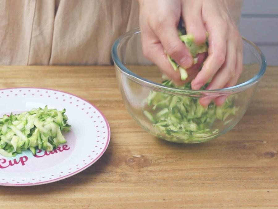 Strizziamo bene le zucchine dall'acqua in eccesso, aggiungiamo il pepe a piacere, 10 gr di formaggio grattugiato, un filo d'olio extra vergine di oliva mescoliamo e mettiamole al centro della sbriciolata di patate.