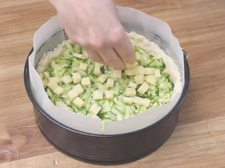 Aggiungiamo il formaggio emmental tagliato a pezzettini.
