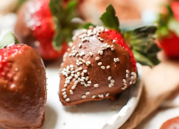 Chocolate Peanut Butter Covered Strawberries - FeastingonFruit.com