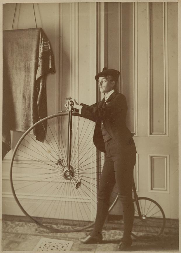 07.-Johnston_Autoportrait-en-travestie-velocipediste