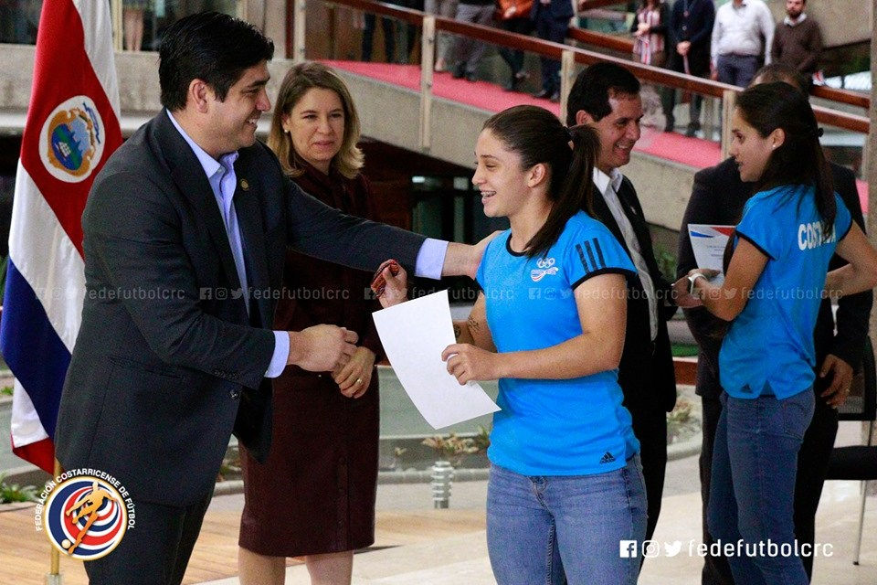 Sele Femenina recibe homenaje de Presidencia