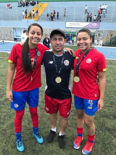 Verónica Prieto y su hermana Gipsy, junto al Director Técnico, Harold López, tras quedar campeonas en la eliminatoria Sub-20 Uncaf 2019.