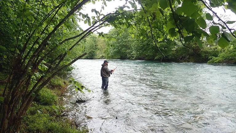 Stéphane en action lors de son stage de pêche aux appâts naturels en dérive