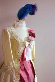 Fleurs et plumes sur costume historique par Fée au Château costumière à Versailles