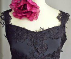 robe en dentelle et fleur en soie sur mesure par Fée au Château couturière costumière à Versailles