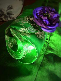 pochette du soir sur mesure et parure florale en soie par Fée au Château couturière à Versailles