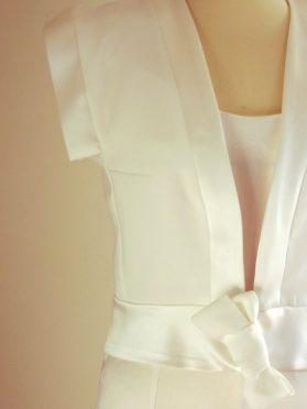 détail de veste en crêpe par Fée au Château couturière costumière à Versailles