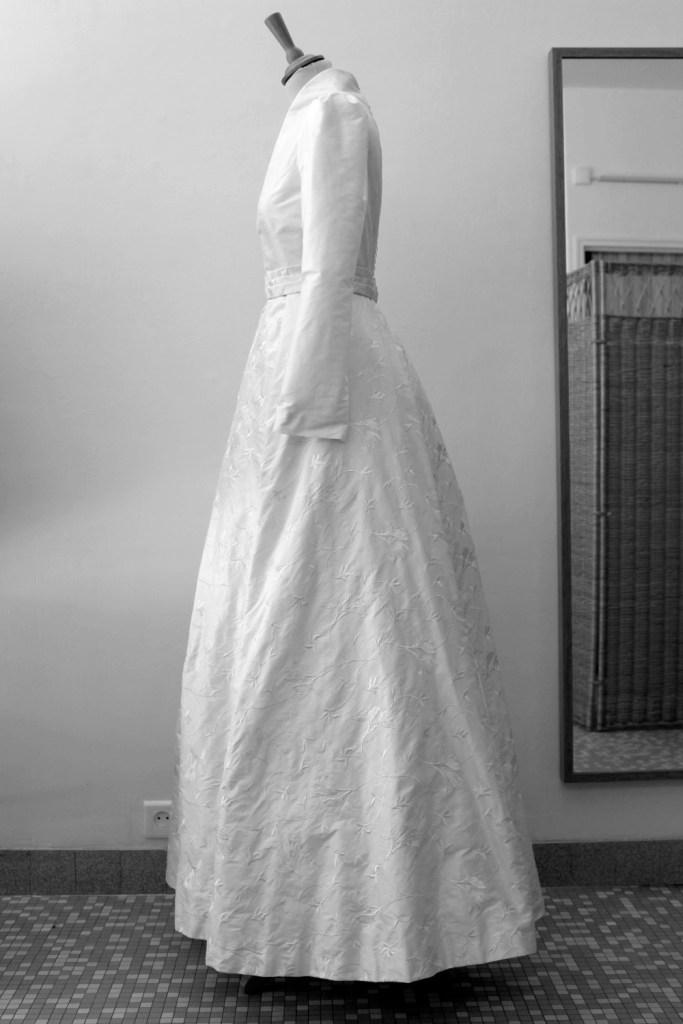 robe de mariée en soie rebrodée couture à Versailles