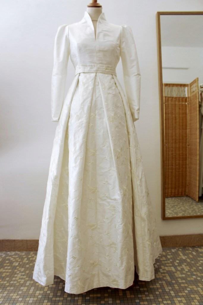 robe de mariée en soie doupion rebrodée par artisan créateur à Versailles