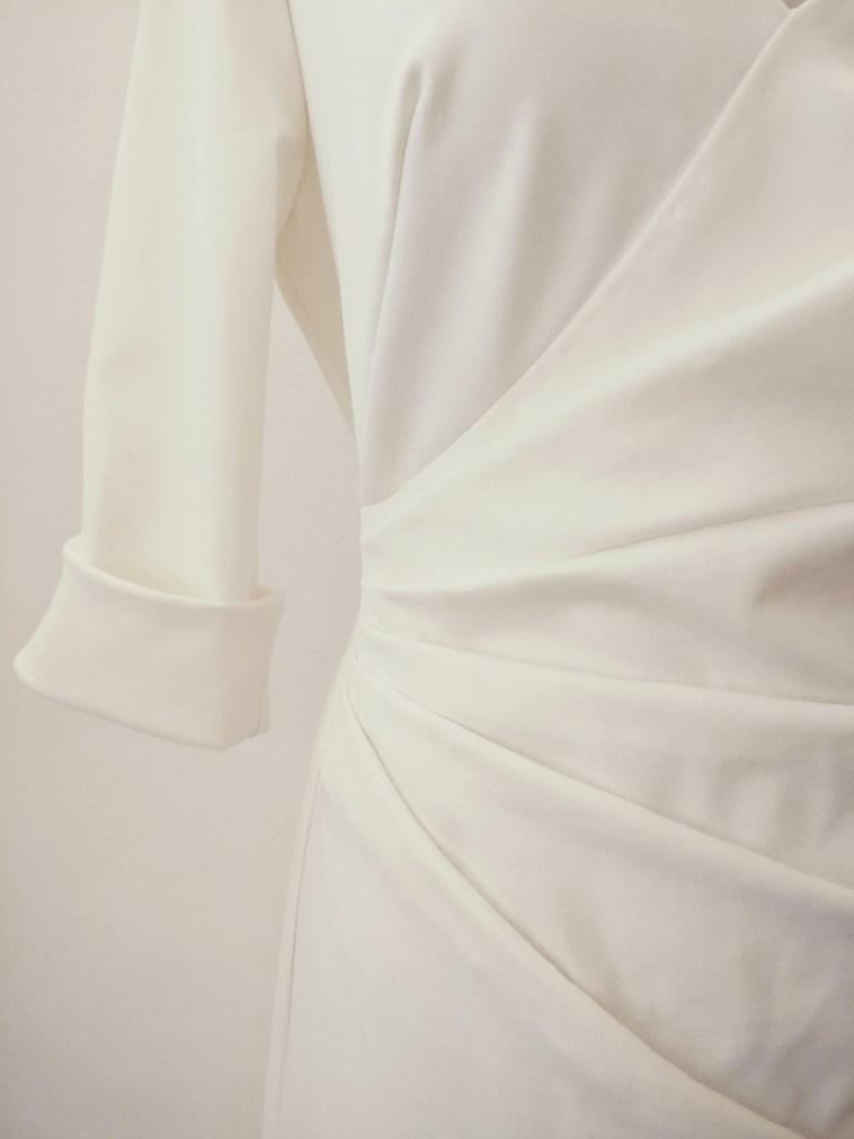 détail d'une robe de mariée en maille milano, réalisée pas Fée au Château couture à Versailles