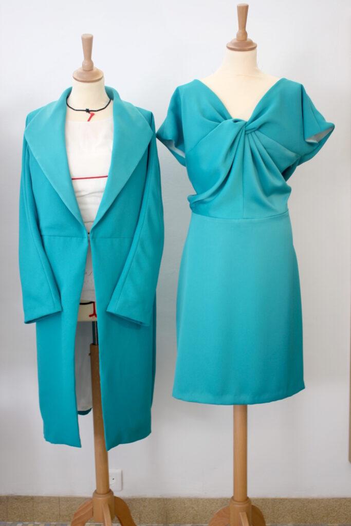 Ensemble en crêpe satin composé d'une robe et d'un manteau pour invité au mariage par Fée au Château