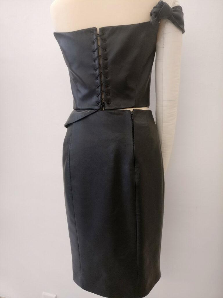 Fée au Château vos créations couture à Versailles : bustier et jupe crayon réalisés en cuir agneau noir