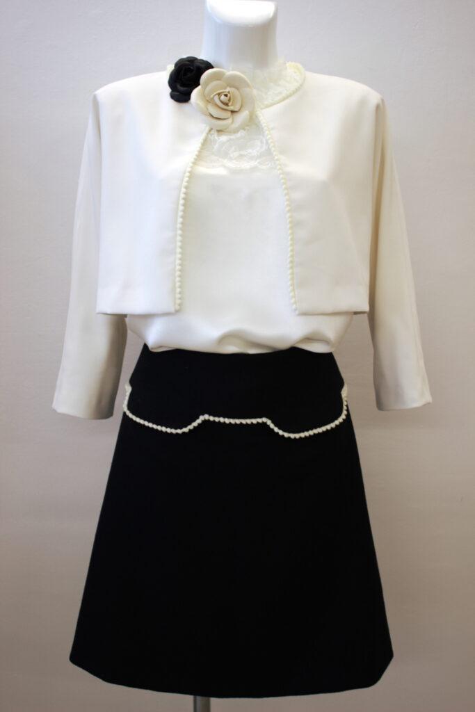 Broches camélia noir et blanc en cuir, jupe et caraco par Fée au Château, vos créations couture à Versailles