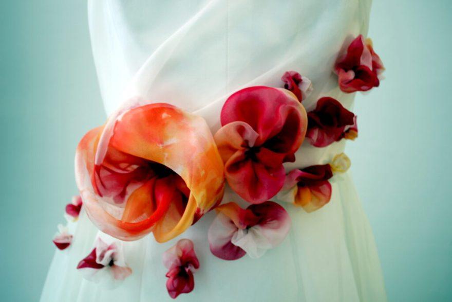 Détail robe de mariée Fée au Château, créations florales en soie teinte
