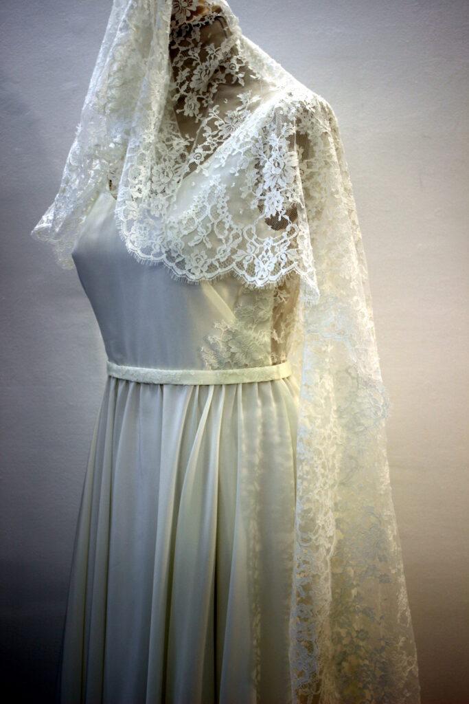 Robe et voile de mariée en dentelle de Calais Caudry par Fée au Château vos créations couture à Versailles