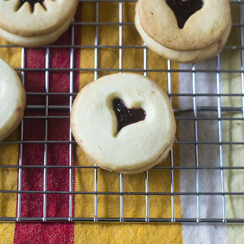 Linzer Cookies for the Holiday #dessert #cookies #Christmas | feedyoursoul2.com