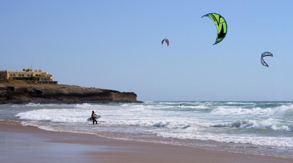 Praticantes de Kitesurf na Praia do Guincho - Wikipédia Commons