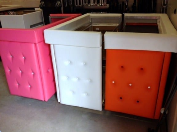 DJ-boeken-DJbooth-DJ-booth-meubel-gecapitonneerd-leer-roze-oranje-zwart-wit-kleur
