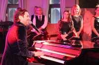 Bekende artiesten geven mini-concert tijdens Boston Tea Party en Friends spetterende finale-show   feestband.com
