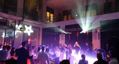 Grand Hotel Krasnapolsky decor voor internationale disco party in Amsterdam   feestband.com