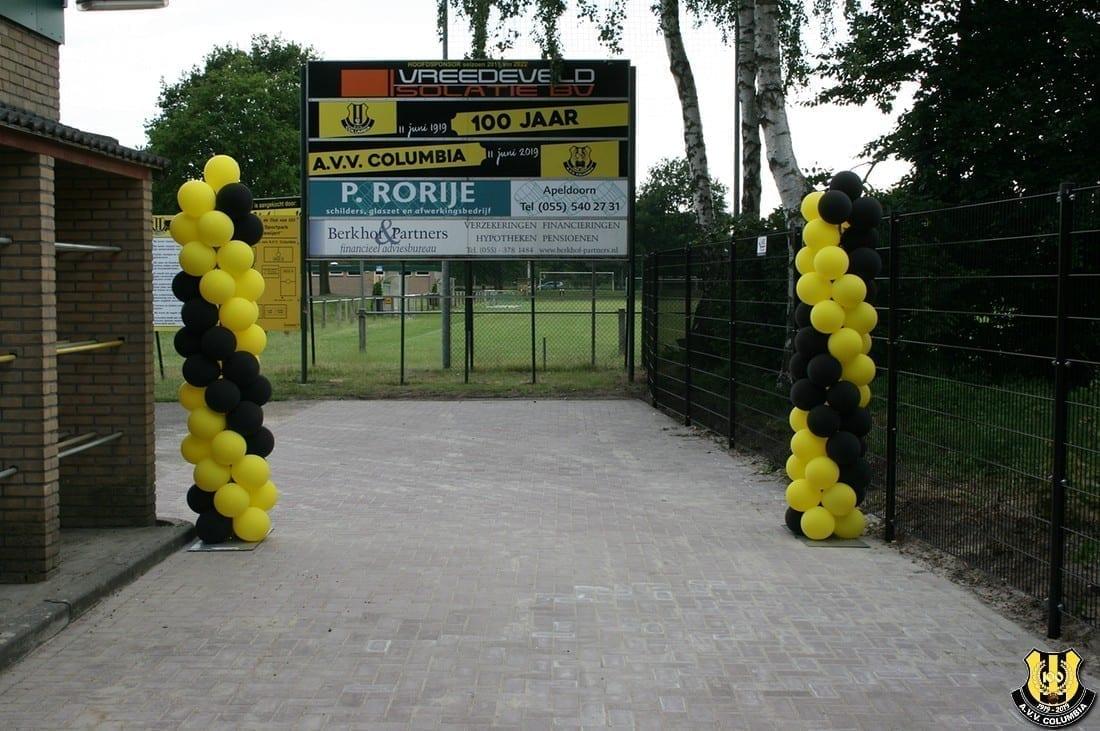 Voetbalvereniging AVV Columbia viert jubileum met knalfeest op Zwitsalterrein   feestband.com