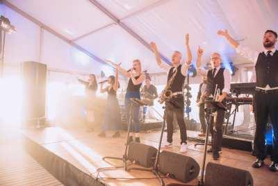 Strandfeest voor jubileum Vinites op Ajuma Beach in Zandvoort | feestband.com