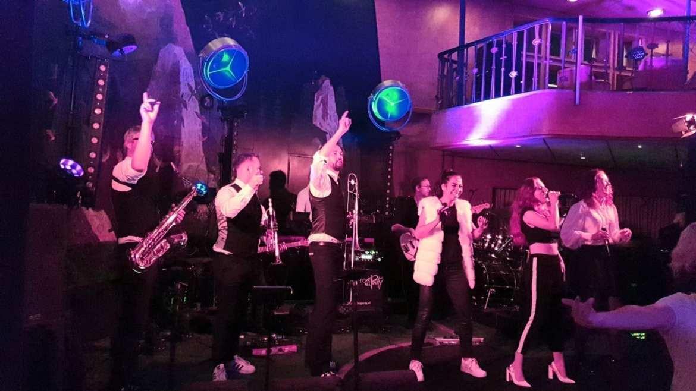 Royal Steensma laat de Friezen dansen op de SS Rotterdam Cruise Hotel | feestband.com