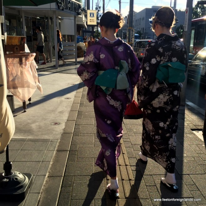 Dressing up in a kimono in kyoto: www.feetonforeignlands